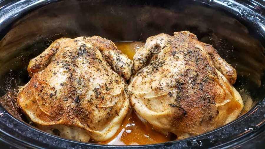 """duas galinhas da Cornualha em uma panela após cozinhar 8 horas """"srcset ="""" https://cdn1.zonacooks.com/wp-content/uploads/2020/01/Crockpot-Cornish-Hens-and-Veggies-Dinner-for- Dois- 7-900x507.jpg 900w, https://cdn1.zonacooks.com/wp-content/uploads/2020/01/Crockpot-Cornish-Hens-and-Veggies-Dinner-for-Two-7-500x282.jpg 500w, https://cdn1.zonacooks.com/wp-content/uploads/2020/01/Crockpot-Cornish-Hens-and-Veggies-Dinner-for-Two-7-768x432.jpg 768w, https: // cdn1 .zonacooks .com / wp-content / uploads / 2020/01 / Crockpot-Cornish-Hens-and-Veggies-Dinner-for-Two-7-320x180.jpg 320w, https://cdn1.zonacooks.com/wp- content / uploads / 2020/01 / Crockpot-Cornish-Hens-and-Veggies-Dinner-for-Two-7-480x270.jpg 480w, https://cdn1.zonacooks.com/wp-content/uploads/2020/01 / Crockpot -Cornish-Hens-and-Veggies-Dinner-for-Two-7-720x405.jpg 720w, https://cdn1.zonacooks.com/wp-content/uploads/2020/01/Crockpot-Cornish-Hens- e- Vegetais-Jantar-para-Dois-7-735x414.jpg 735w, https://cdn1.zonacooks.com/wp-content/uploa ds / 2020/01 / Crockpot-Cornish-Hens-e-Veggies-Dinner-for-Two-7.jpg 1000w """"size ="""" (largura máxima: 900px) 100vw, 900px"""