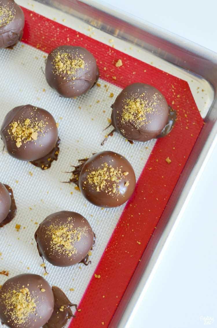Trufas de pão-de-espécie mergulhadas em chocolate semi-doce