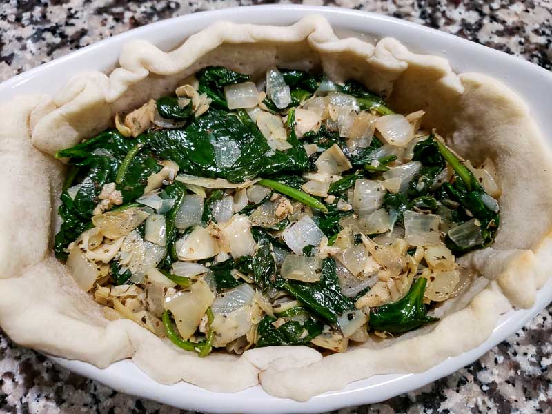 "mistura de espinafre, alcachofra e cebola adicionada à crosta ""srcset ="" https://cdn1.zonacooks.com/wp-content/uploads/2019/07/Cheesy-Spinach-Artichoke-Quiche-Recipe-for-Two-5 .jpg 800w, https://cdn1.zonacooks.com/wp-content/uploads/2019/07/Cheesy-Spinach-Artichoke-Quiche-Recipe-for-Two-5-500x375.jpg 500w, https: // cdn1 .zonacooks.com / wp-content / uploads / 2019/07 / Cheesy-Spinach-Alcachofra-Quiche-Receita-para-Dois-5-768x576.jpg 768w, https://cdn1.zonacooks.com/wp-content/ uploads / 2019/07 / quiche de espinafre-alcachofra-receita-para-dois-5-320x240.jpg 320w, https://cdn1.zonacooks.com/wp-content/uploads/2019/07/Cheesy-Spinach -Artichoke-Quiche-Receita-para-Dois-5-480x360.jpg 480w, https://cdn1.zonacooks.com/wp-content/uploads/2019/07/Cheesy-Spinach-Artichoke-Quiche-Recipe-for- Two-5-720x540.jpg 720w, https://cdn1.zonacooks.com/wp-content/uploads/2019/07/Cheesy-Spinach-Artichoke-Quiche-Recipe-for-Two-5-735x551.jpg 735w "" tamanhos = ""(largura máxima: 800 px) 100 vw, 800 px"