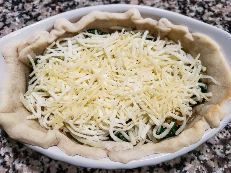 "mussarela e parmesão adicionados ao quiche ""srcset ="" https://juegoscocinarpasteleria.org/wp-content/uploads/2020/02/1582751885_219_Receta-de-quiche-de-alcachofa-con-espinacas-y-queso-para.jpg 800w , https://cdn1.zonacooks.com/wp-content/uploads/2019/07/Cheesy-Spinach-Artichoke-Quiche-Recipe-for-Two-6-500x375.jpg 500w, https: //cdn1.zonacooks. com /wp-content/uploads/2019/07/Cheesy-Spinach-Artichoke-Quiche-Recipe-for-Two-6-768x576.jpg 768w, https://cdn1.zonacooks.com/wp-content/uploads/2019 / 07 / Queijo-espinafre-alcachofra-quiche-receita-para-dois-6-320x240.jpg 320w, https://cdn1.zonacooks.com/wp-content/uploads/2019/07/Cheesy-Spinach-Artichoke- Quiche -Receita-para-Dois-6-480x360.jpg 480w, https://cdn1.zonacooks.com/wp-content/uploads/2019/07/Cheesy-Spinach-Artichoke-Quiche-Recipe-for-Two-6 - 720x540.jpg 720w, https://cdn1.zonacooks.com/wp-content/uploads/2019/07/Cheesy-Spinach-Artichoke-Quiche-Recipe-for-Two-6-735x551.jpg 735w ""tamanhos ="" (largura máxima: 800 px) 100 vw, 800 px"