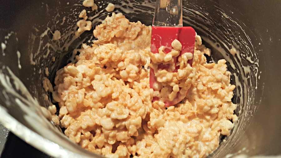 """Cereal de arroz Krispie mezclado con la mezcla de malvavisco """"srcset ="""" https://juegoscocinarpasteleria.org/wp-content/uploads/2020/02/1582752124_794_Las-mejores-golosinas-de-arroz-pegajoso-Krispie-Lote-pequeno.jpg 900w, https://cdn1.zonacooks.com/wp-content/uploads/2017/07/Gooey-Rice-Krispie-Treat-Recipe-Small-Batch-2-500x281.jpg 500w """"tamaños ="""" (ancho máximo: 900px ) 100vw, 900px"""