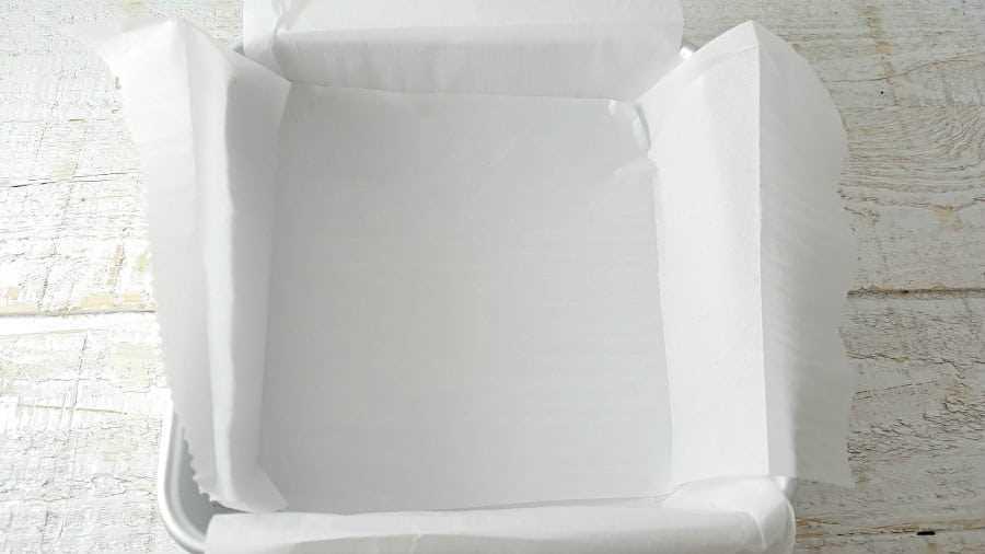 """bandeja para hornear con papel pergamino superpuesto en su interior """"srcset ="""" https://juegoscocinarpasteleria.org/wp-content/uploads/2020/02/1582752124_803_Las-mejores-golosinas-de-arroz-pegajoso-Krispie-Lote-pequeno.jpg 900w , https://cdn1.zonacooks.com/wp-content/uploads/2017/07/Gooey-Rice-Krispie-Treat-Recipe-Small-Batch-1-500x281.jpg 500w """"tamaños ="""" (ancho máximo: 900 px) 100vw, 900 px"""