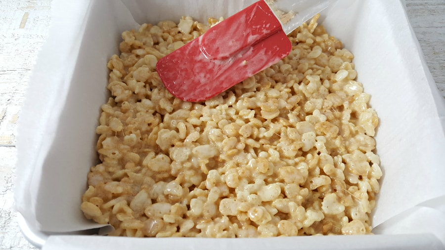 """mezcla de arroz y krispie presionada en una bandeja para hornear """"srcset ="""" https://juegoscocinarpasteleria.org/wp-content/uploads/2020/02/1582752125_691_Las-mejores-golosinas-de-arroz-pegajoso-Krispie-Lote-pequeno.jpg 900w, https://cdn1.zonacooks.com/wp-content/uploads/2017/07/Gooey-Rice-Krispie-Treat-Recipe-Small-Batch-3-500x281.jpg 500w """"tamaños ="""" (ancho máximo: 900px ) 100vw, 900px"""