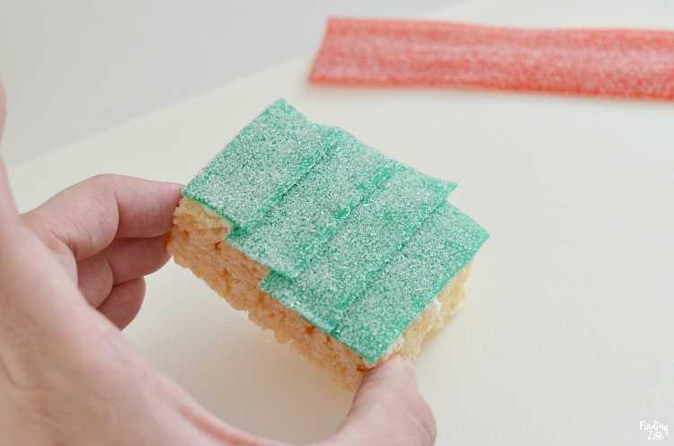 Green Apple Sour Power Belt Candy en capas sobre cereal