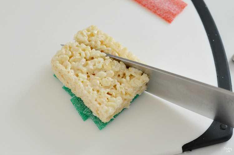 Cortar las golosinas de arroz krispie en triángulo