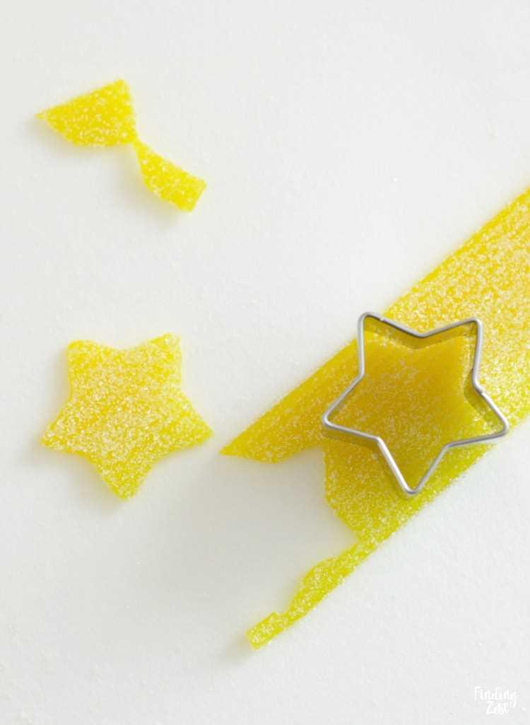 Usando dulces de Sour Power Belt para hacer estrellas para el árbol de Navidad comestible