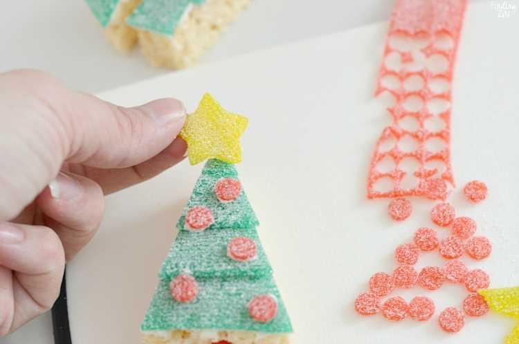 Agregar una estrella amarilla al árbol de Navidad comestible