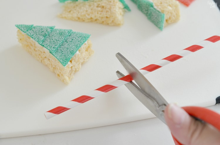 cortar paja roja y blanca para poner en el fondo del árbol de navidad comestible