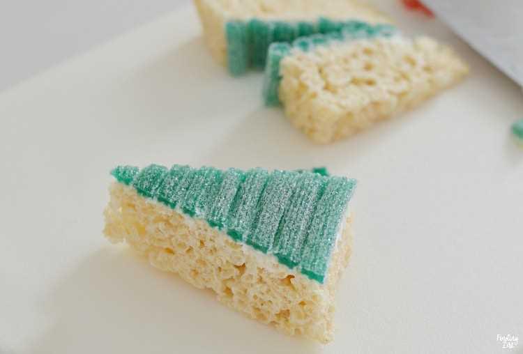 Golosinas Rice Krispie cubiertas con caramelo agrio cortado en un triángulo