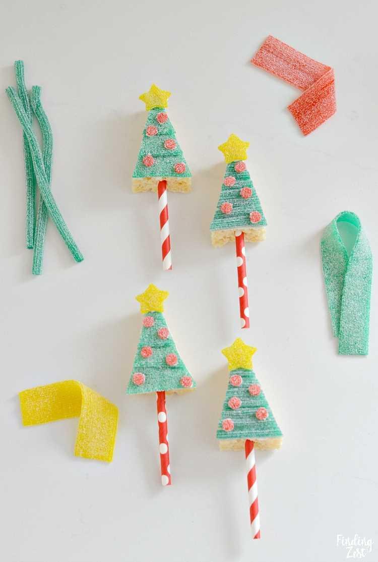 Christmas Tree Rice Krispie Treats con cintas y cuerdas de caramelo agrio