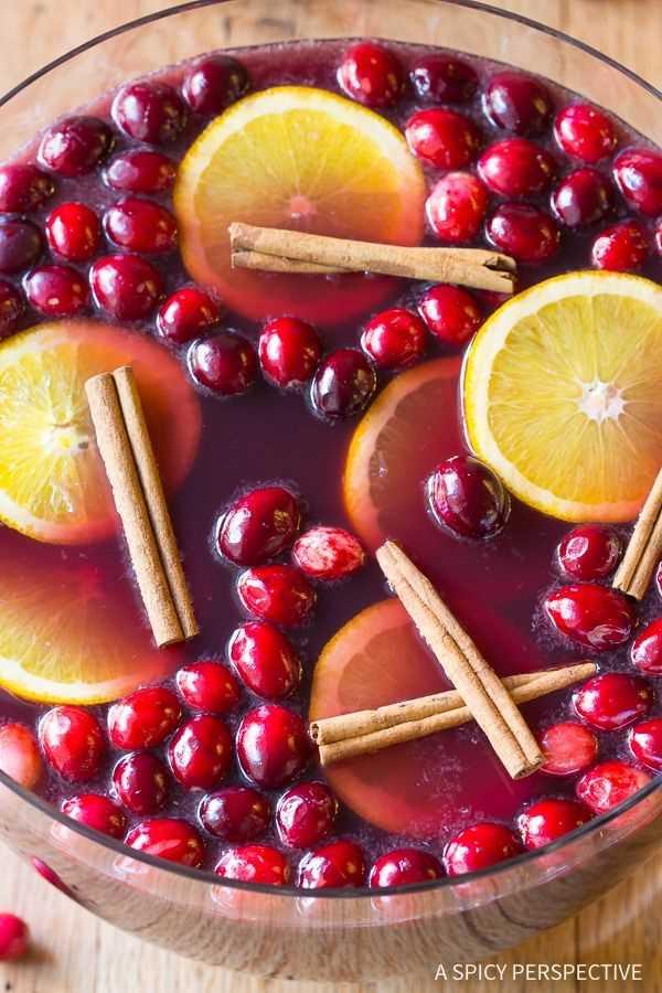 Cócteles festivos de ponche de vino de vacaciones