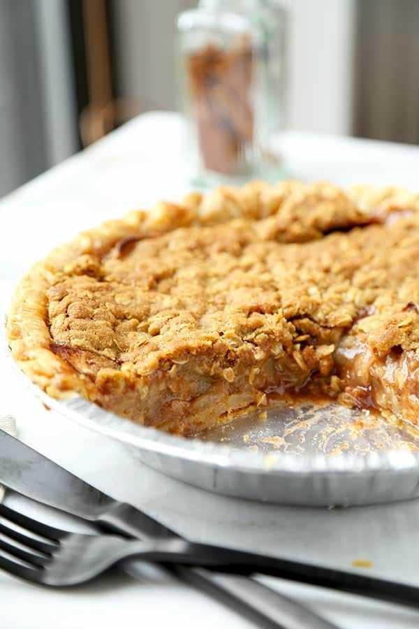 Receita holandesa de torta de maçã: Esta é uma receita caseira fácil para torta de maçã holandesa com um molho esfarelado feito de aveia, açúcar mascavo, manteiga e azeite de oliva. Tão bom! #applepie #appledessert #pierecipe #dessert | pickledplum.com