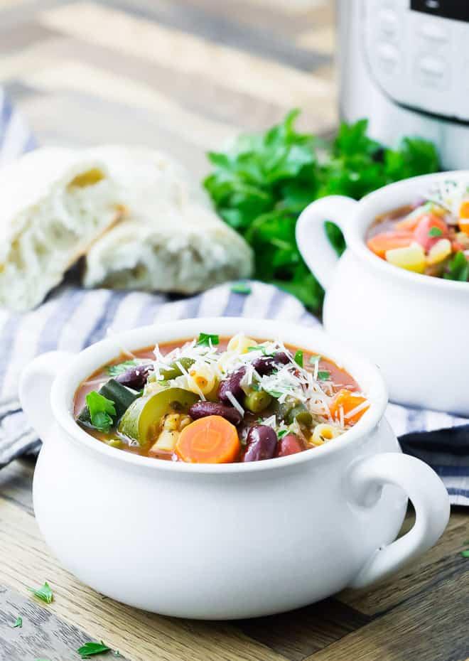 Imagem de sopa minestrone em tigela branca.