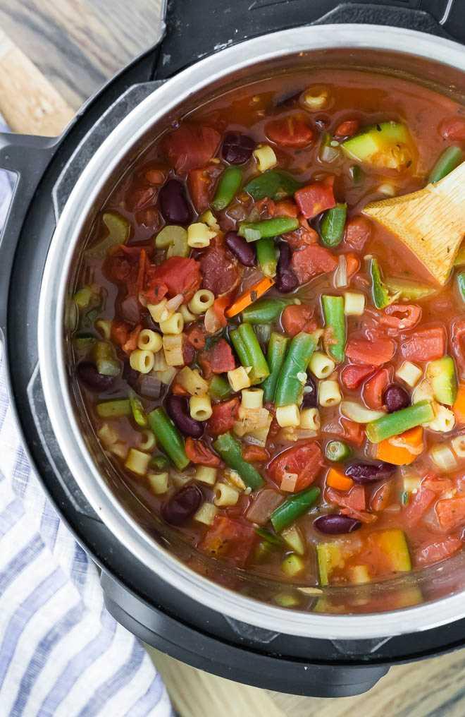 Imagem de sopa minestrone em panela instantânea.