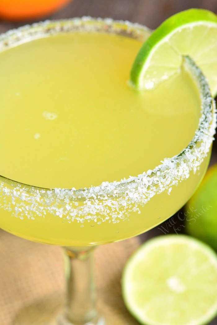 Receita Margarita É uma mistura simples de mistura caseira de margarita, tequila e licor de laranja. #margarita # bebida #tailtail #tequila #margaritamix