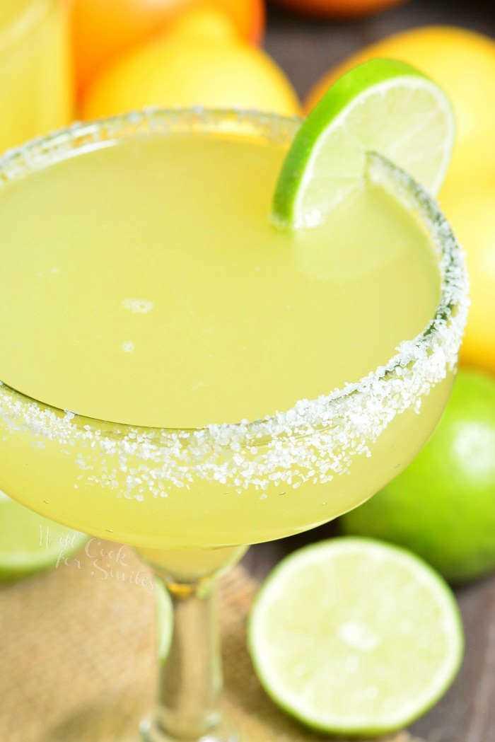 A melhor receita de margarita feita com uma simples mistura de margarita caseira, tequila e licor de laranja. Cocktail refrescante que pode ser preparado com antecedência.