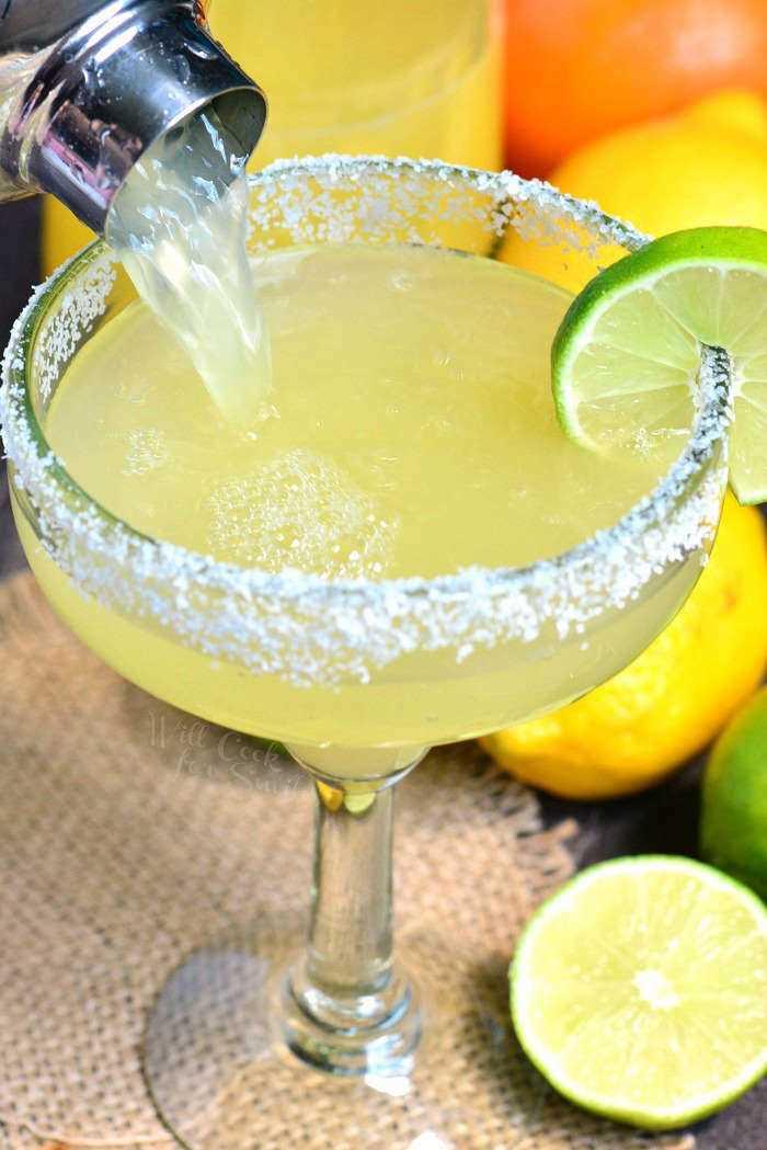 A melhor receita de margarita. É uma mistura simples de margarita caseira, tequila e licor de laranja. #margarita # bebida #tailtail #tequila #margaritamix
