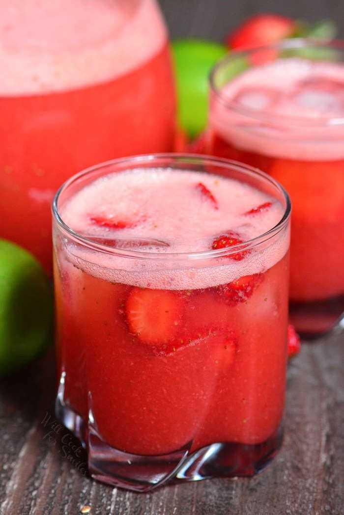 Fresa Agua Fresca com apenas 4 ingredientes. Uma bebida de verão perfeita com uma refrescante mistura de morangos, água, açúcar e suco de limão é uma alternativa excelente e leve a sucos e refrigerantes.