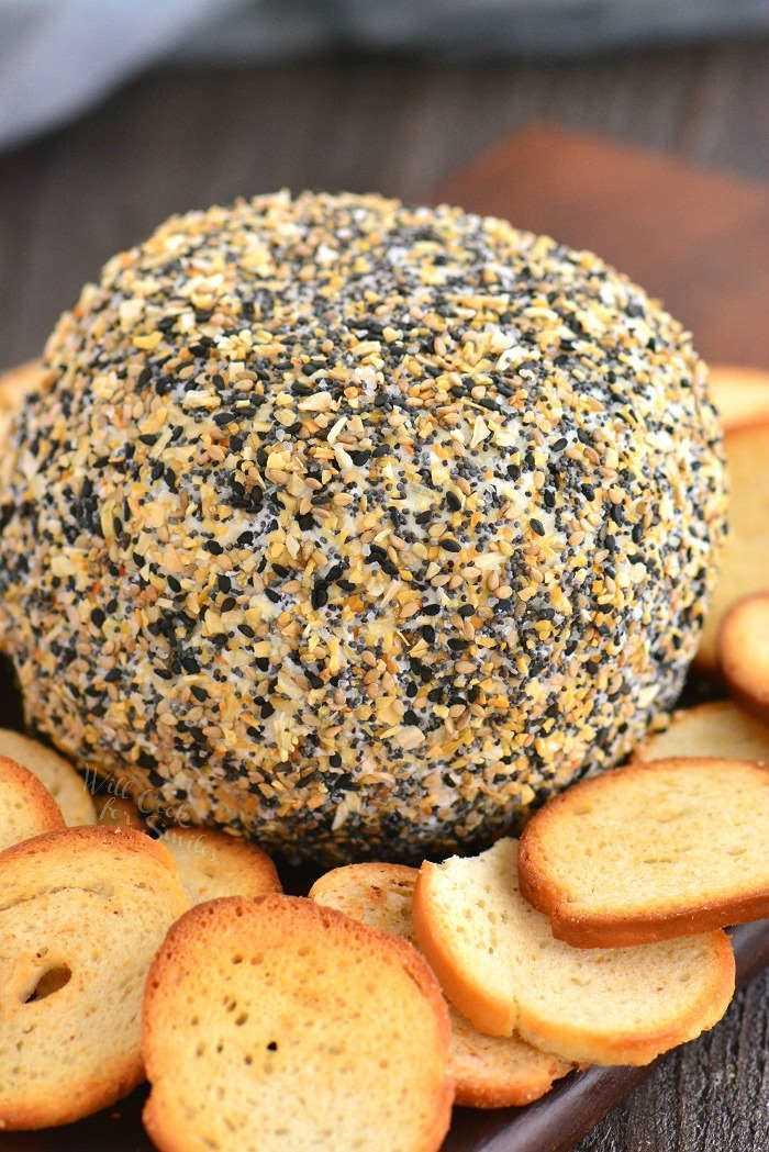 bola de queso en un tablero con chips de bagel