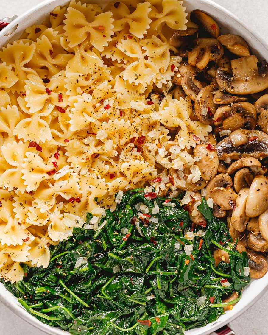 Pasta pan with mushrooms and parmesan spinach - #recipe by # eatwell101 - https://www.eatwell101.com/parmesan-spinach-mushroom-pasta-skillet-recipe