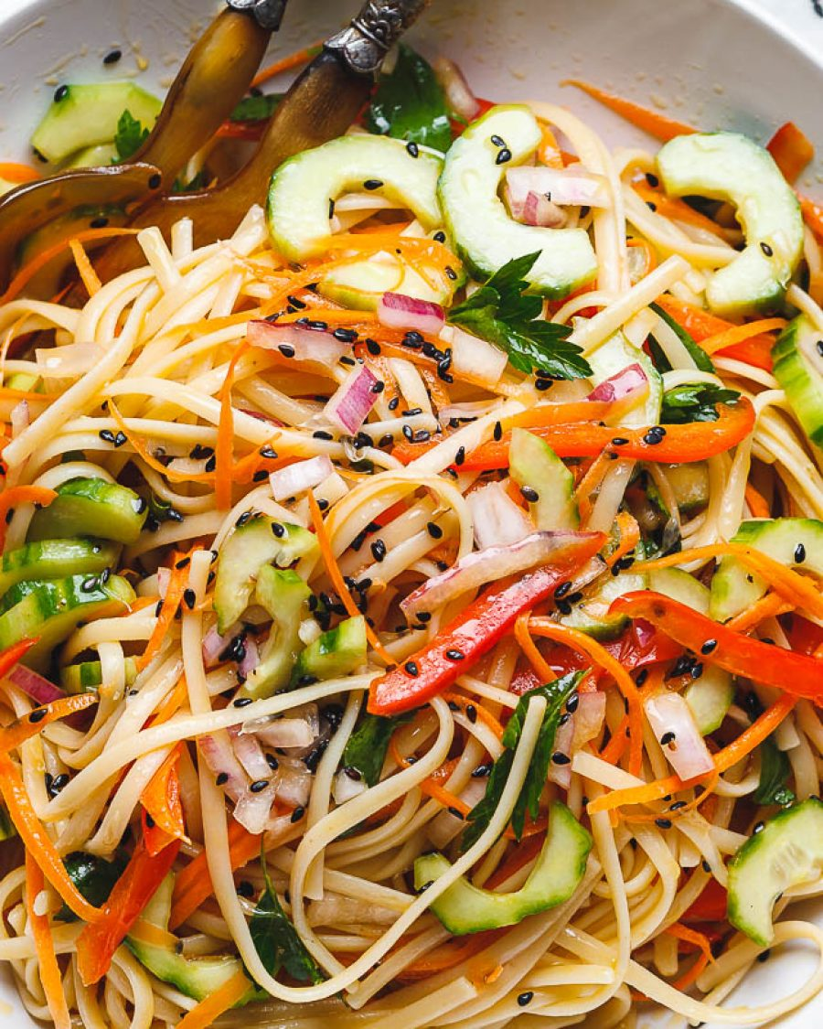 Asian noodle salad with the best ginger vinaigrette - #recipe by # eatwell101 - https://www.eatwell101.com/asian-noodle-salad-recipe