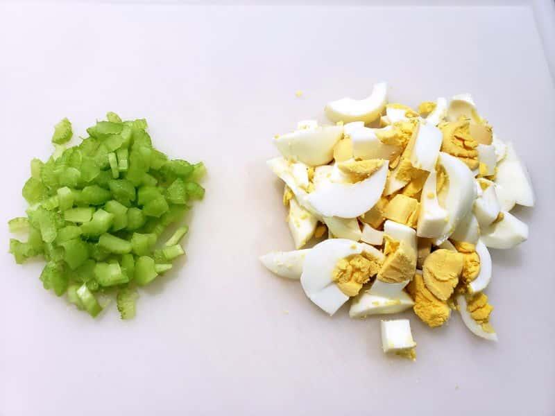 """apio cortado en cubitos y huevo picado en una tabla de cortar """"srcset ="""" https://cdn1.zonacooks.com/wp-content/uploads/2019/05/Best-Classic-Egg-Salad-Sandwiches-Recipe-for-Two-1 .jpg 800w, https://cdn1.zonacooks.com/wp-content/uploads/2019/05/Best-Classic-Egg-Salad-Sandwiches-Recipe-for-Two-1-500x375.jpg 500w, https: / /cdn1.zonacooks.com/wp-content/uploads/2019/05/Best-Classic-Egg-Salad-Sandwiches-Recipe-for-Two-1-768x576.jpg 768w, https://cdn1.zonacooks.com/ wp-content / uploads / 2019/05 / Best-Classic-Egg-Salad-Sandwiches-Recipe-for-Two-1-320x240.jpg 320w, https://cdn1.zonacooks.com/wp-content/uploads/2019 /05/Best-Classic-Egg-Salad-Sandwiches-Recipe-for-Two-1-480x360.jpg 480w, https://cdn1.zonacooks.com/wp-content/uploads/2019/05/Best-Classic- Ensalada de huevo-Sandwiches-Receta-para-Dos-1-720x540.jpg 720w, https://cdn1.zonacooks.com/wp-content/uploads/2019/05/Best-Classic-Egg-Salad-Sandwiches-Recipe -for-Two-1-735x551.jpg 735w """"tamaños ="""" (ancho máximo: 800px) 100vw, 800px"""