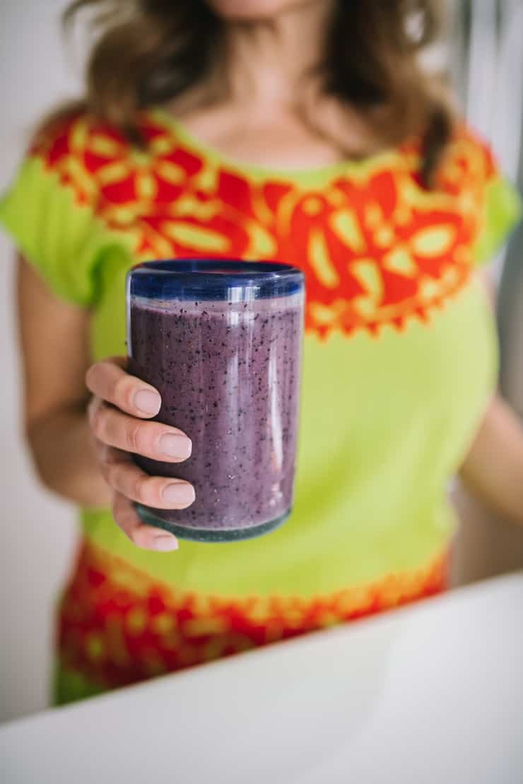 Segurando um copo cheio de Blueberry Banana Smoothie Smoothie Freezer Pack Recipes