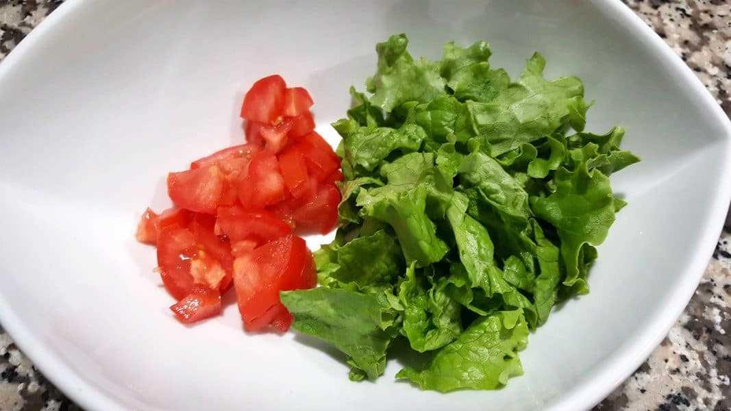 tomate picado e alface picada em uma tigela grande