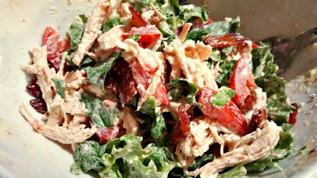 salada de frango misturado blt ingredientes de enchimento na tigela