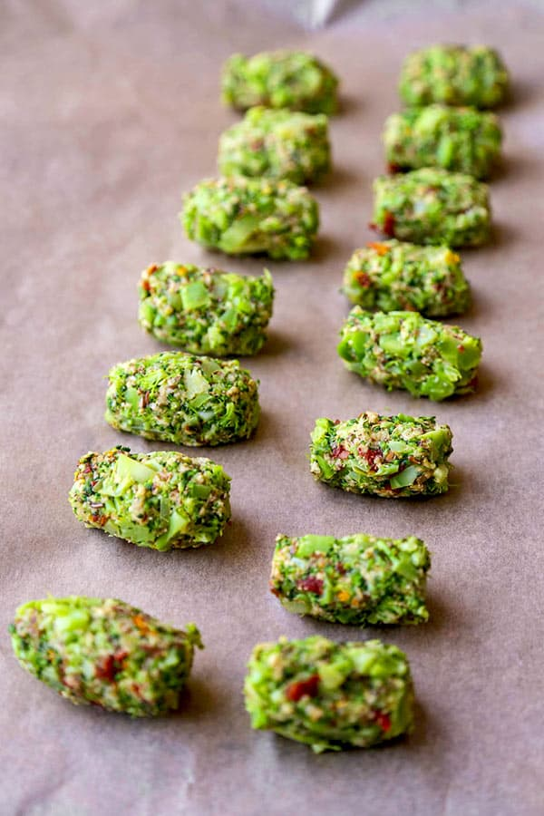 Brócolis: Esta é uma receita saborosa e crocante para vegetais carregados de brócolis. Vegano ou não, será um prazer para a multidão! receitas saudáveis de brócolis, lanches de vegetais, receitas saudáveis de lanches, mordidas de brócolis, receitas de lanches veganos | pickledplum.com