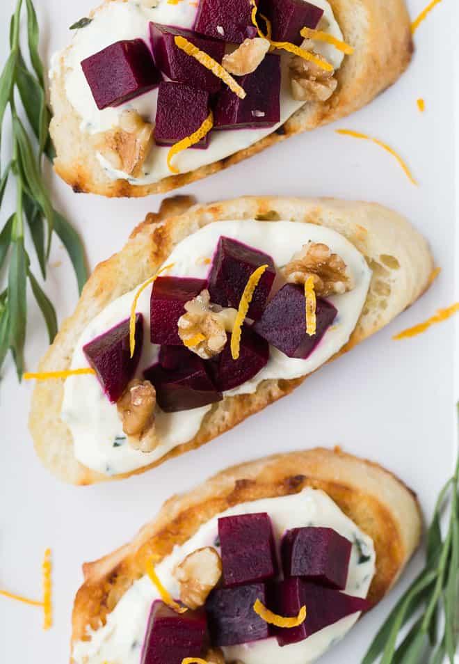 Foto aérea de beterraba e queijo de cabra em crostini