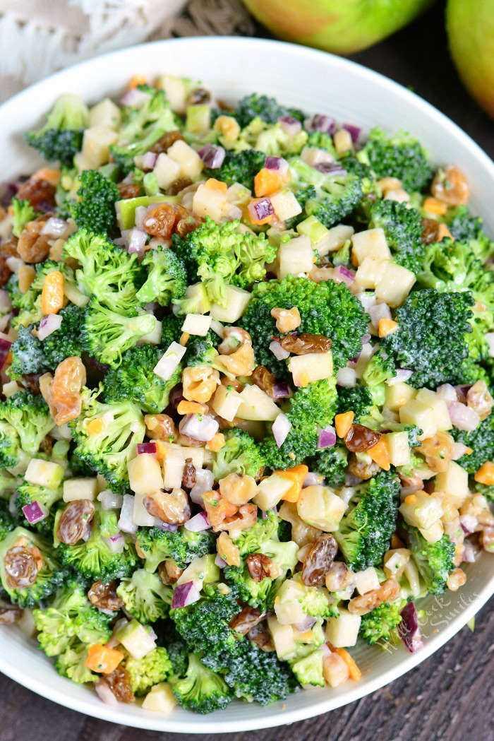 A melhor salada de brócolis. Esta salada de brócolis é feita com maçãs, nozes, passas, migalhas de queijo e cebola vermelha. Uma combinação perfeita para piqueniques, refeições compartilhadas e festas ao ar livre.