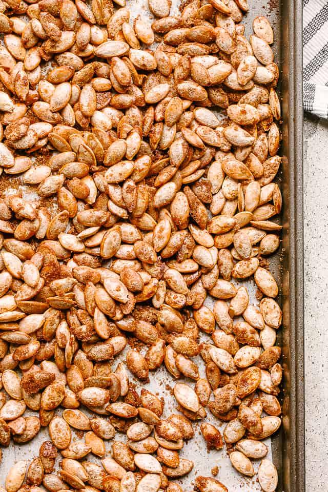 """semillas de calabaza tostadas """"width ="""" 640 """"height ="""" 960 """"data-pin-description ="""" Semillas de calabaza con azúcar y canela - Semillas de calabaza tostadas dulces con una deliciosa cobertura de azúcar con canela. Es el bocadillo perfecto para hacer con las semillas sobrantes de las calabazas navideñas. # calabaza # semillas de calabaza"""