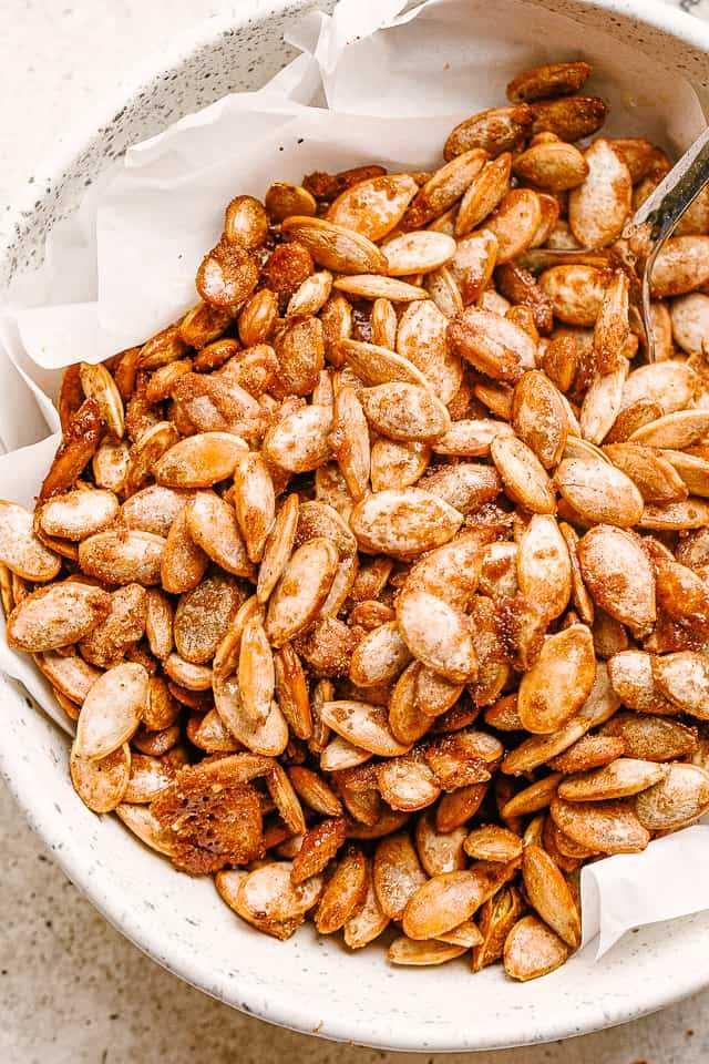 """semillas de calabaza tostadas con azúcar y canela """"width ="""" 640 """"height ="""" 960 """"data-pin-description ="""" Semillas de calabaza con azúcar y canela - Semillas de calabaza tostadas dulces con una deliciosa cobertura de azúcar con canela. Es el bocadillo perfecto para hacer con las semillas sobrantes de las calabazas navideñas. # calabaza # semillas de calabaza"""