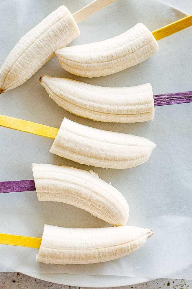 """Plátanos en palitos. """"Width ="""" 640 """"height ="""" 960 """"data-pin-description ="""" Plátanos congelados cubiertos de chocolate: plátanos congelados bañados en chocolate y espolvoreados con nueces, coco rallado y espolvoreados. Son fáciles de hacer y son una merienda perfecta para que los niños y adultos disfruten en un caluroso día de verano."""