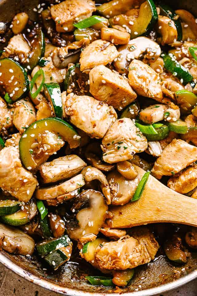 """Salteado de pollo y verduras. """"Width ="""" 640 """"height ="""" 960 """"data-pin-description ="""" Salteado de pollo con champiñones y calabacín - ¡Salteado de pollo fresco y delicioso lleno de sabor en cada bocado! Todo lo que necesita es una sartén, 20 minutos y solo un puñado de ingredientes de la despensa. ¡El pollo, el calabacín, los champiñones y los sabores de PANDA EXPRESS se unen en una receta que está a punto de convertirse en la comida para llevar favorita de su familia!"""