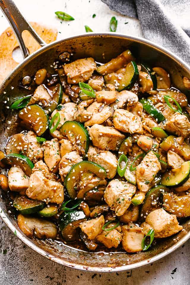 """Salteado de sartén con pollo, champiñones y calabacín. """"Width ="""" 640 """"height ="""" 960 """"data-pin-description ="""" Salteado de pollo con champiñones y calabacín - ¡Salteado de pollo fresco y delicioso rebosante de sabor en cada bocado! Todo lo que necesita es una sartén, 20 minutos y solo un puñado de ingredientes de la despensa. ¡El pollo, el calabacín, los champiñones y los sabores de PANDA EXPRESS se unen en una receta que está a punto de convertirse en la comida para llevar favorita de su familia!"""