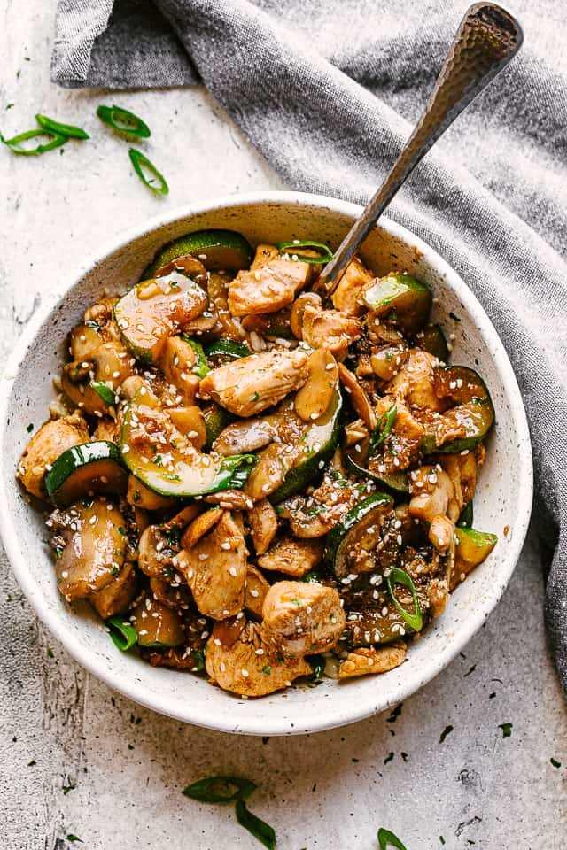 """Salteado de pollo en un tazón. """"Width ="""" 640 """"height ="""" 960 """"data-pin-description ="""" Salteado de pollo con champiñones y calabacín - Salteado de pollo fresco y delicioso, lleno de sabor en cada bocado. Todo lo que necesita es una sartén, 20 minutos y solo un puñado de ingredientes de la despensa. ¡El pollo, el calabacín, los champiñones y los sabores de PANDA EXPRESS se unen en una receta que está a punto de convertirse en la comida para llevar favorita de su familia!"""