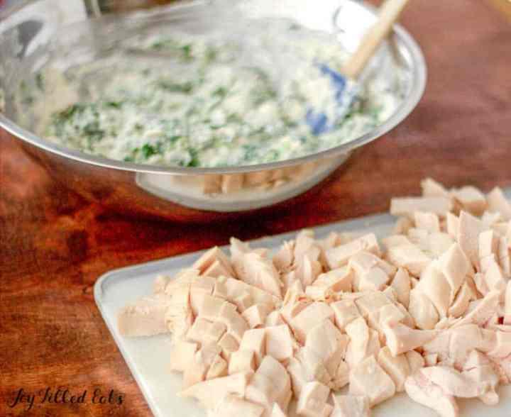 cortar el pollo en una tabla de cortar