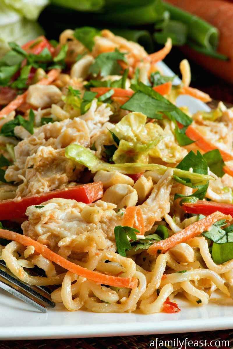 Ensalada tailandesa de fideos con pollo y maní: una fiesta familiar