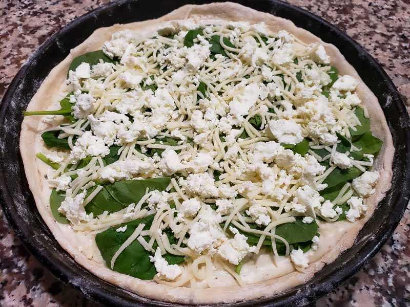 "queijo de cabra polvilhado na pizza ""class ="" wp-image-15930 ""srcset ="" https://cdn1.zonacooks.com/wp-content/uploads/2019/11/Goat-Cheese-and-Spinach-Pizza-10 . jpg 800w, https://cdn1.zonacooks.com/wp-content/uploads/2019/11/Goat-Cheese-and-Spinach-Pizza-10-500x375.jpg 500w, https://cdn1.zonacooks.com/ wp-content / uploads / 2019/11 / Pizza de queijo de cabra e espinafre-10-768x576.jpg 768w, https://cdn1.zonacooks.com/wp-content/uploads/2019/11/Goat-Cheese - e-Espinafre-Pizza-10-320x240.jpg 320w, https://cdn1.zonacooks.com/wp-content/uploads/2019/11/Goat-Cheese-and-Spinach-Pizza-10-480x360.jpg 480w , https://cdn1.zonacooks.com/wp-content/uploads/2019/11/Goat-Cheese-and-Spinach-Pizza-10-720x540.jpg 720w, https://cdn1.zonacooks.com/wp- content / uploads / 2019/11 / Pizza de queijo de cabra e espinafre-10-735x551.jpg 735w ""tamanhos ="" (largura máxima: 800px) 100vw, 800px"
