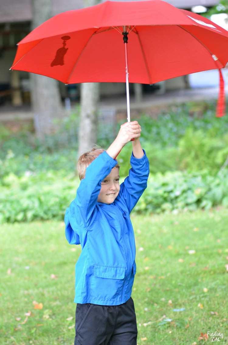 Brincando com guarda-chuva vermelho lá fora