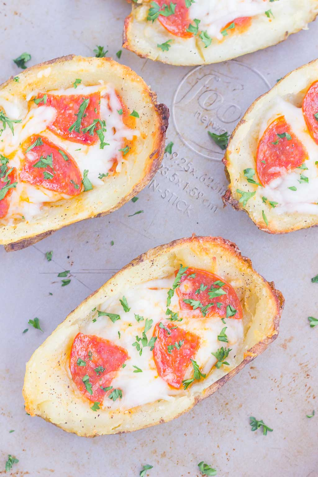 Carregadas com molho de pizza, mussarela fresca, calabresa e condimentos, essas cascas de batata para pizza certamente serão um lanche ou lanche que agradará a multidão!