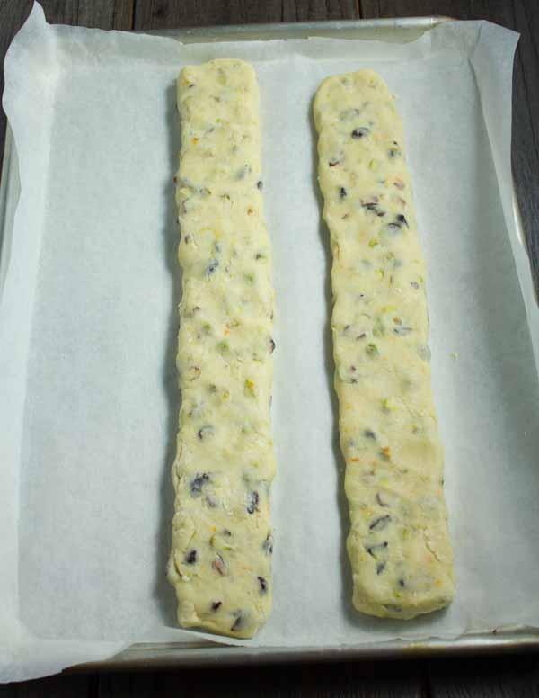 massa de biscoito assando em duas toras antes de cortar
