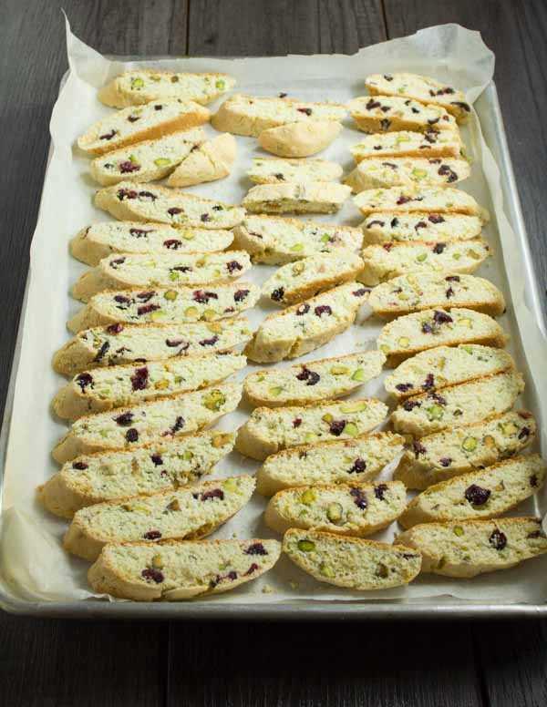 Cranberry, pistache e biscotti assado em uma bandeja
