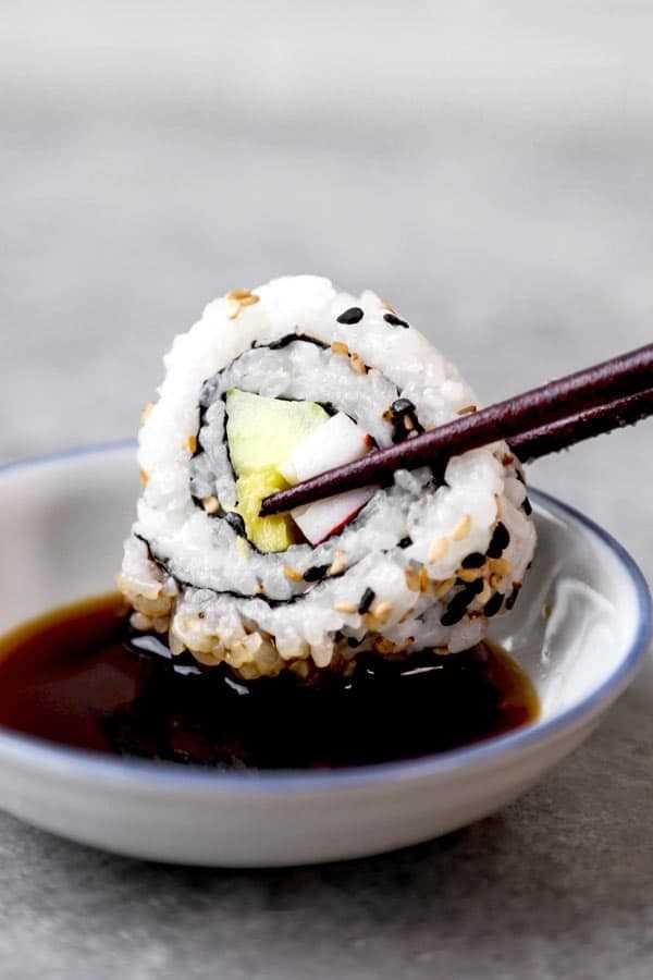 California Rolls & Spicy California Rolls: receita fácil para sushi caseiro com um vídeo passo a passo sobre como fazer. #sushirecipes #japanesefood #healthyrecipes #californiarolls   pickledplum.com