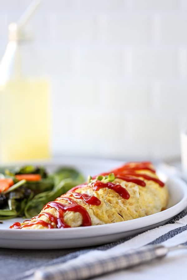 Omurice: ¡esta receta de Omurice es la mejor comida japonesa de confort! Salsa de tomate con arroz frito lleno de verduras y servido dentro de una tortilla esponjosa. Recetas japonesas para la cena, receta japonesa fácil, comida japonesa casera, tortilla saludable, tortilla   pickledplum.com