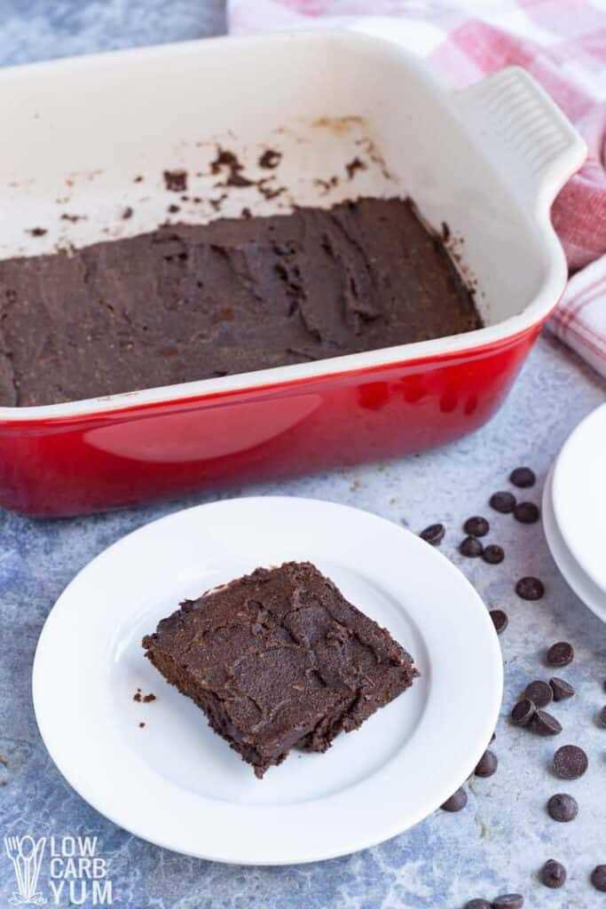 servindo brownies de farinha de coco