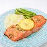 Nuestra receta favorita de salmón al horno: jugosa, escamosa y súper deliciosa. ¡Una receta de 5 estrellas! El | natashaskitchen.com