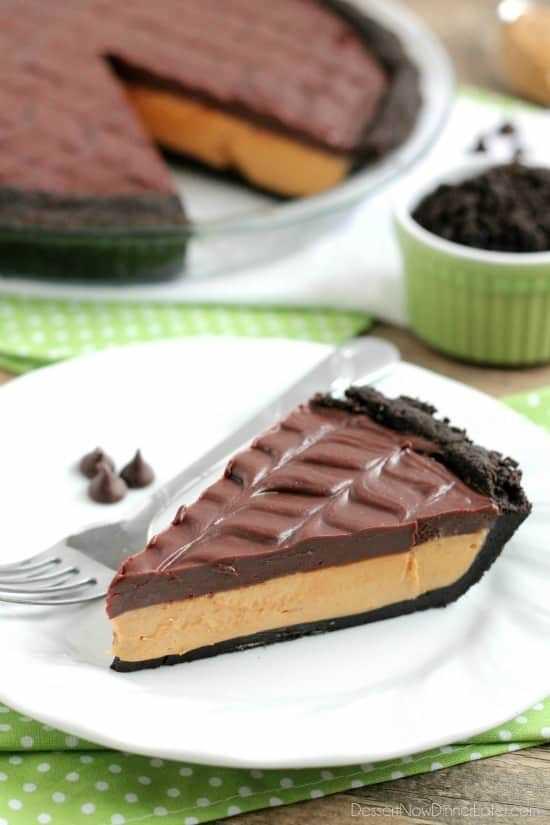 ¡Esta tarta de mantequilla de maní sin hornear con una corteza de oreo, relleno de mantequilla de maní batida y ganache de chocolate sedoso te hará saborear cada bocado decadente!